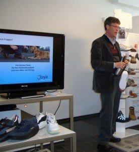 Karl Müller, presentando el calzado Joya.
